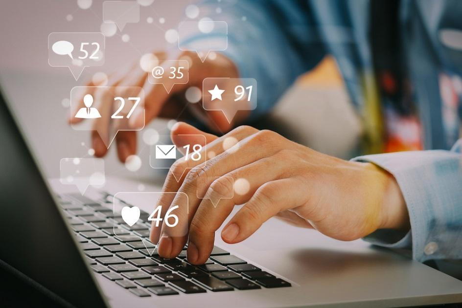 férfi, kéz, laptop, közösségi média