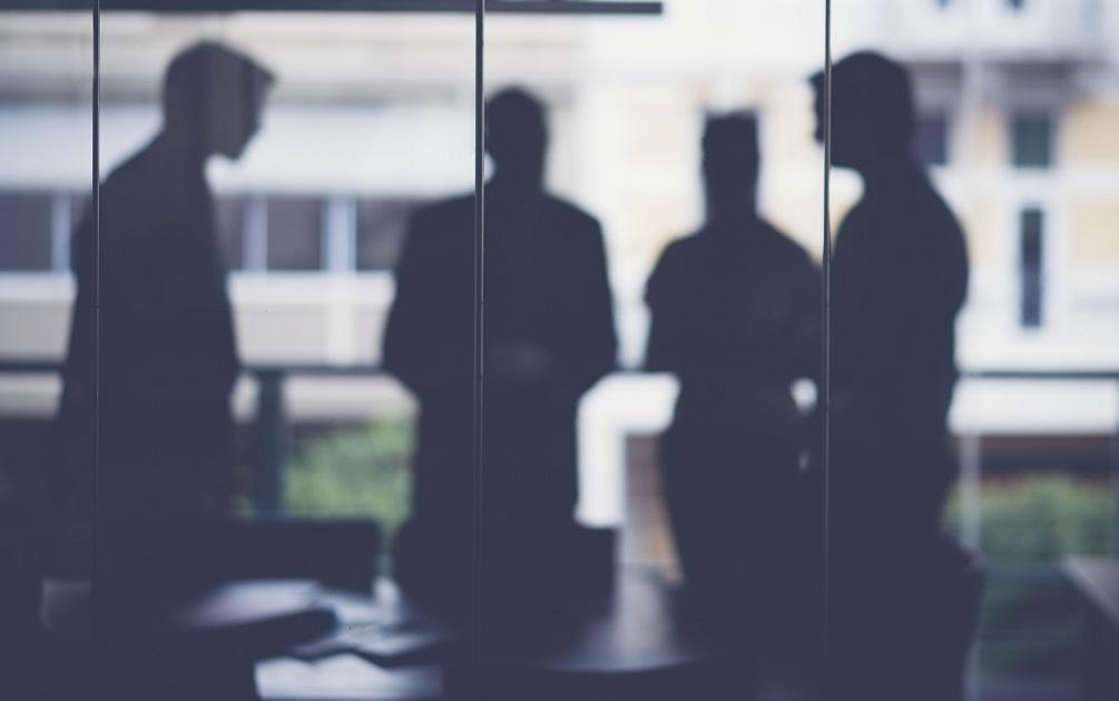 sejtelmes megbeszélés, gyanús üzletemberek