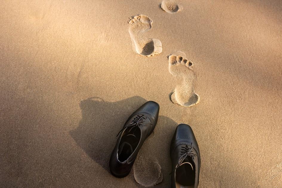 cipő tengerpart lábnyom