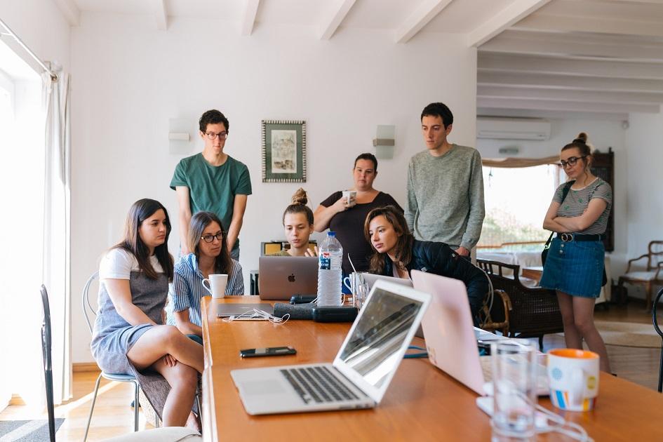 fiatal gyakornokok, fiatal irodai dolgozók