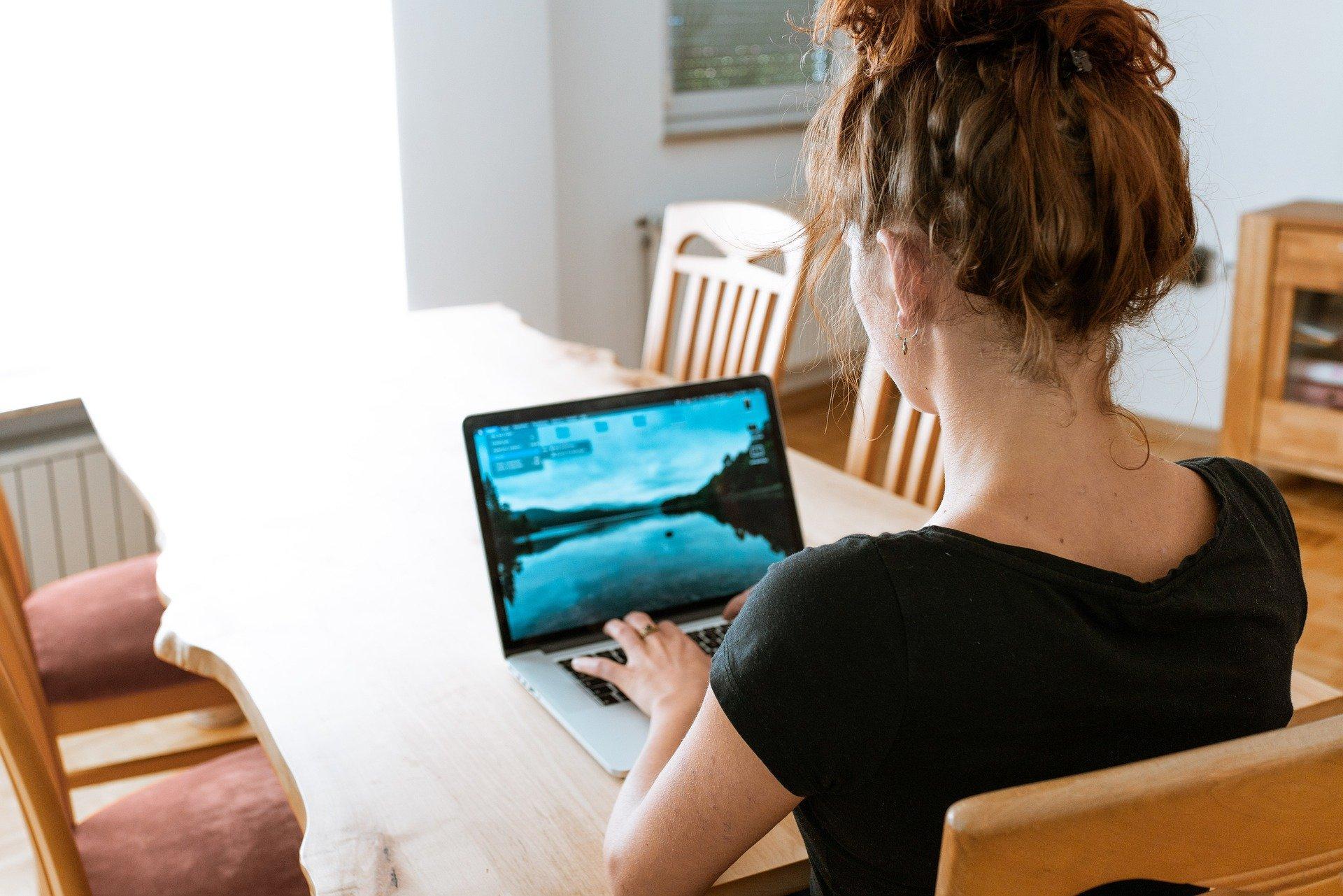 nő, home office, laptop