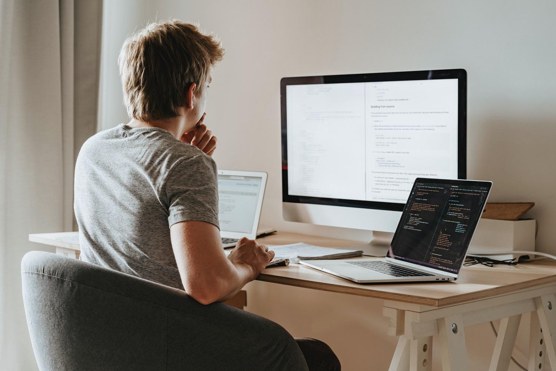 férfi, számítógép, IT szakember